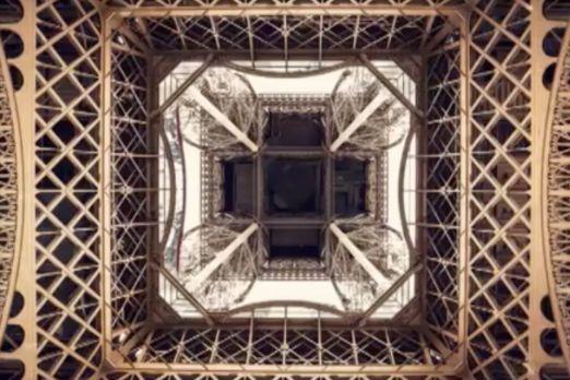 エッフェル塔を下から見た画像